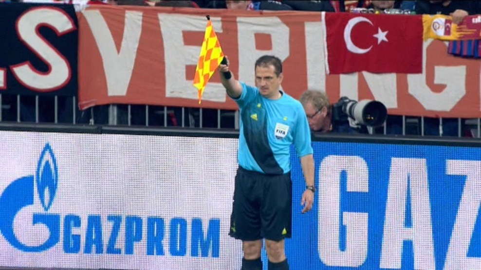 Erős Gábor zászlóval - forrás: uefa.com