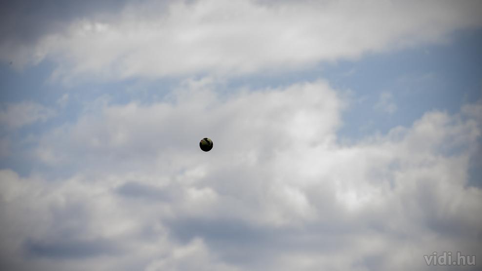 Labda a levegőben - forrás: vidi.hu